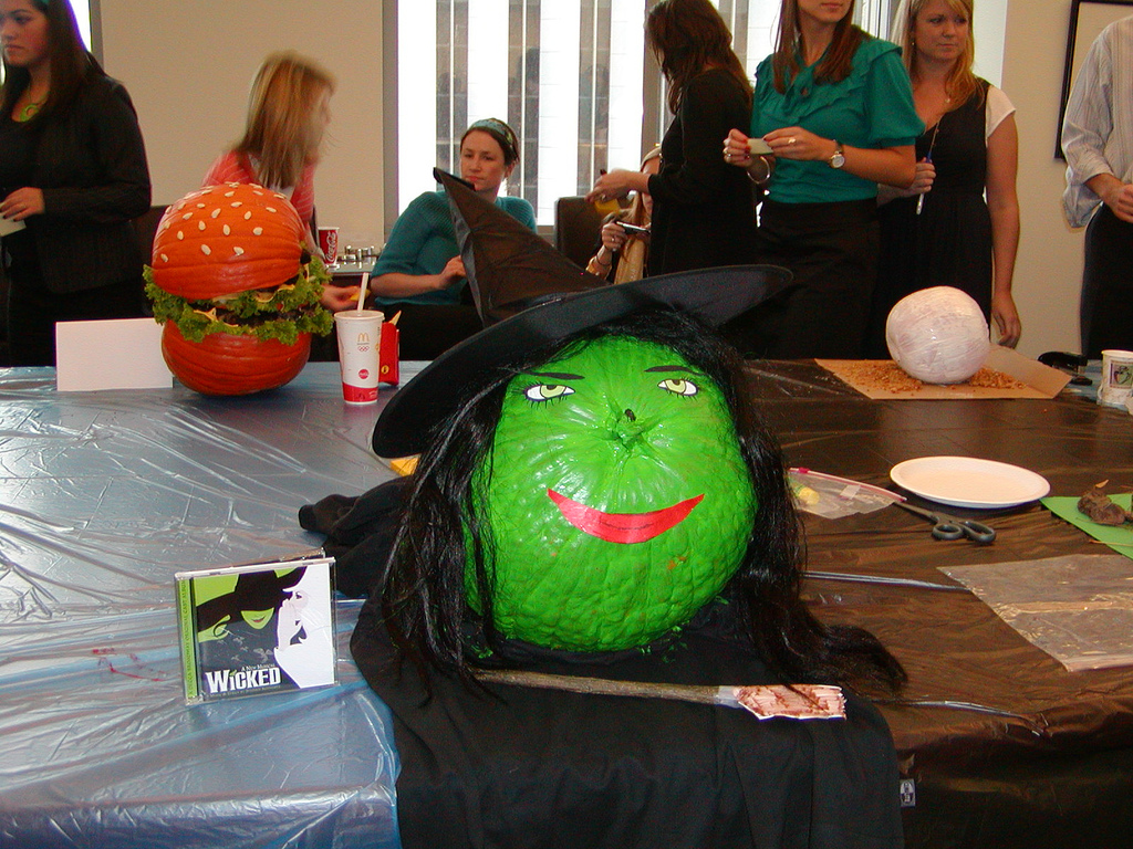 How To Make Cheap Halloween Decorations From Everyday Items (VIDEO ...